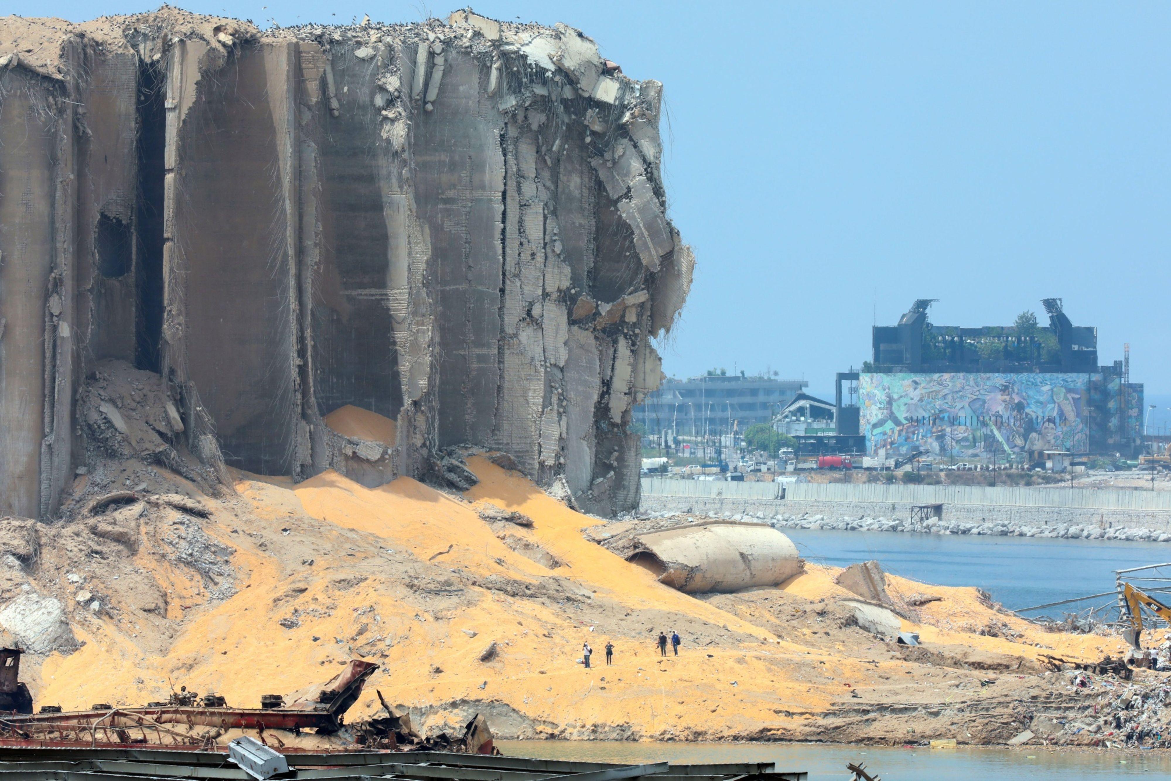 Loa granos se salen de los silos dañados por la explosión, en el puerto de Beirut, en agosto 2020.